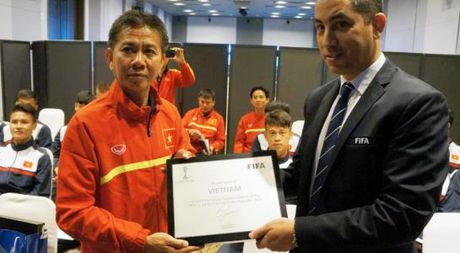U.20 Viet Nam nhan Bang danh vi tham du World Cup cua FIFA - Anh 1