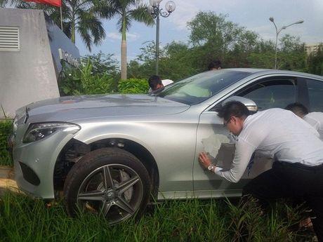 Mercedes-Benz C300 AMG chay thu dam bat goc cau o Sai Gon - Anh 1