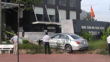 Mercedes-Benz C300 AMG chay thu dam bat goc cau o Sai Gon - Anh 2
