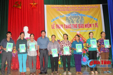 Trao 115 the BHYT cho ho ngheo, gia dinh chinh sach - Anh 3