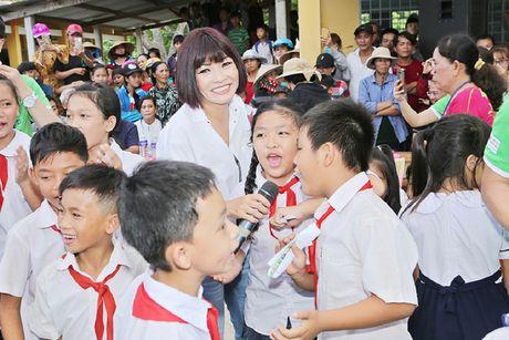 Phuong Thanh, Anh Vu trao qua cho tre em ngheo - Anh 1