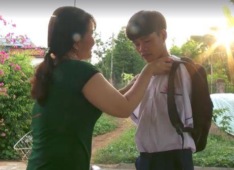 Chang trai khong tay dung chan nau an cho bo me - Anh 1