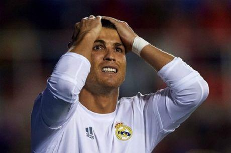 Tin bong da sang 20/5: Ronaldo 'hoc' Messi, Pique bi canh sat so gay - Anh 1