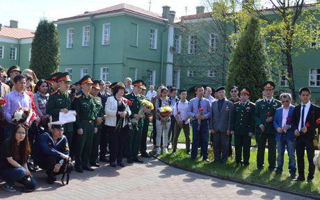 Hoat dong ky niem sinh nhat Bac tai thanh pho St. Petersburg (Nga) - Anh 1