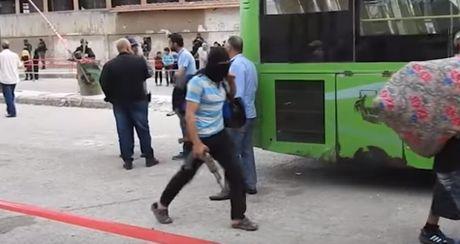 600 phien quan Syria dau hang, giao nop thanh Homs cho chinh quyen (video) - Anh 1