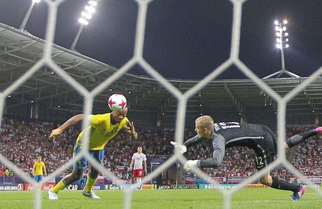 Chum anh: U21 Ba Lan thoat hiem ngoan muc tren cham 11m - Anh 3
