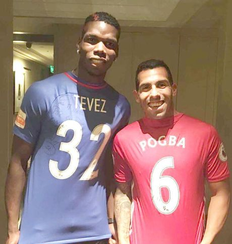 Chum anh: Pogba thi tho toc do voi fan ngay tai Van ly truong thanh - Anh 9