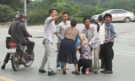 Clip: Nam thanh nien gay tai nan roi than nhien bo di - Anh 3