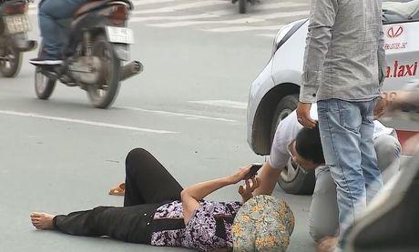 Clip: Nam thanh nien gay tai nan roi than nhien bo di - Anh 5