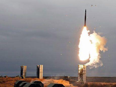 Nga duong S-400, san sang ban ha may bay My tren bau troi Syria - Anh 1