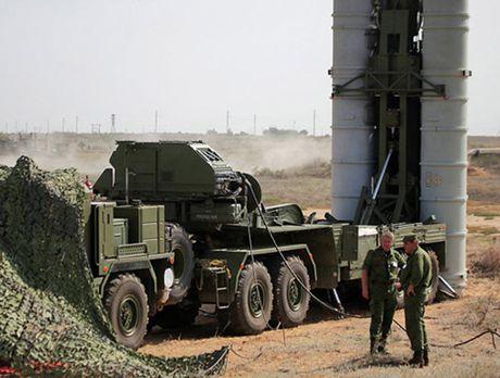 Nga duong S-400, san sang ban ha may bay My tren bau troi Syria - Anh 5