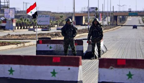 Quan doi Syria cho IS 'nem trai dang', thu hoi lanh tho gan cao toc Ithriya-Raqqa - Anh 1
