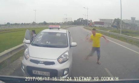Tai xe taxi chay nguoc chieu va 'mua' gay khai cho nguoi di cap cuu - Anh 1