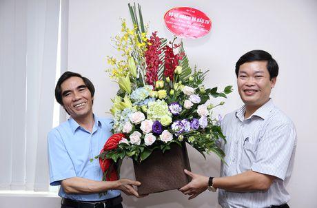Thu truong Nguyen Van Trung chuc mung Bao Dau thau nhan dip 21/6 - Anh 1