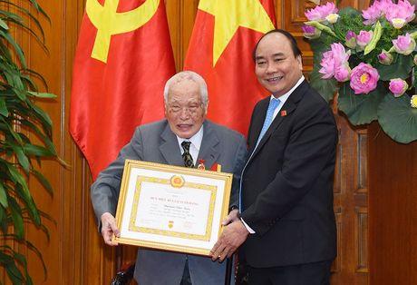Trao huy hieu 50 nam tuoi Dang cho nguyen Thu tuong Nguyen Tan Dung - Anh 1