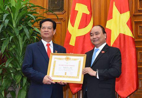 Trao huy hieu 50 nam tuoi Dang cho nguyen Thu tuong Nguyen Tan Dung - Anh 2