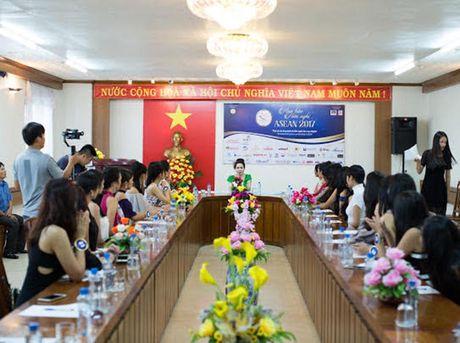 Nu hoang Kim Chi voi nghe thuat thuyet trinh thu hut tai Hoa hau Asean 2017 - Anh 2