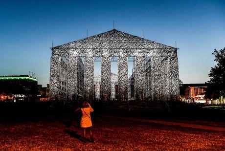 Ngo ngang den Parthenon 'xay' bang sach cam to bang nguyen ban - Anh 10