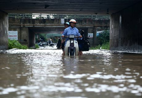 Dan hot bac nho cuu xe ngap nuoc tren Dai lo Thang Long - Anh 4