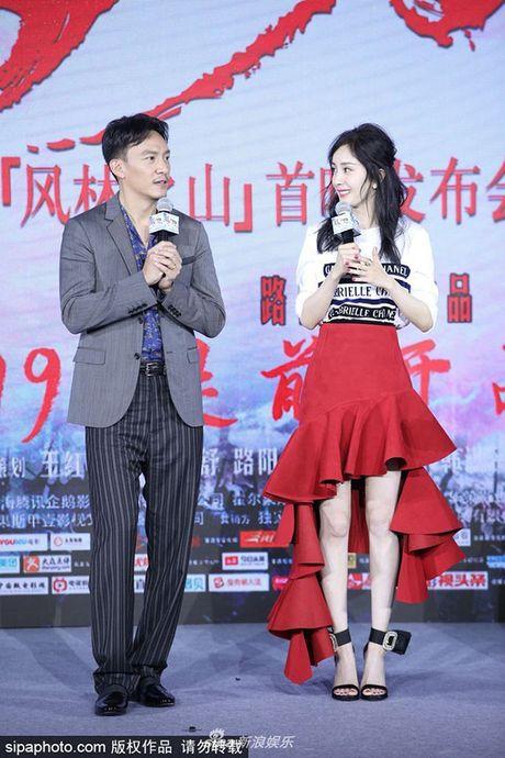 """Ngoi sao 24/7: It ai biet Tinh Nhi """"Hoan Chau cach cach"""" tung bi chong con coi thuong - Anh 4"""