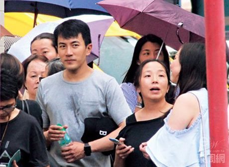 """Ngoi sao 24/7: It ai biet Tinh Nhi """"Hoan Chau cach cach"""" tung bi chong con coi thuong - Anh 6"""