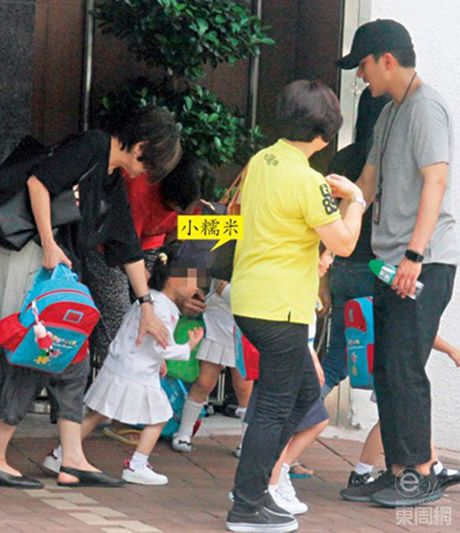 """Ngoi sao 24/7: It ai biet Tinh Nhi """"Hoan Chau cach cach"""" tung bi chong con coi thuong - Anh 7"""