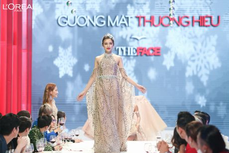 Can canh top 8 The Face dep ngat ngay trong thu thach catwalk tren ban tiec - Anh 1