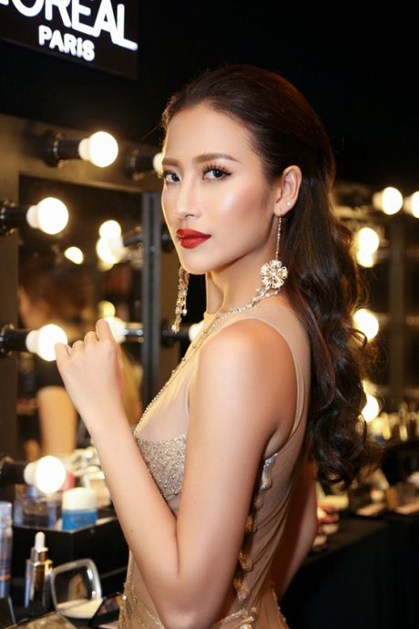 Can canh top 8 The Face dep ngat ngay trong thu thach catwalk tren ban tiec - Anh 2