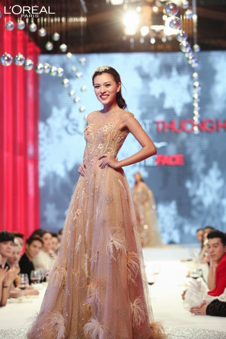 Can canh top 8 The Face dep ngat ngay trong thu thach catwalk tren ban tiec - Anh 6