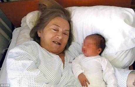 Vo sinh con tuoi 60, chong chia tay vi khong chiu duoc tre khoc - Anh 1