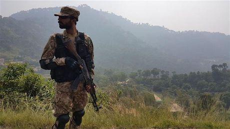 Xe quan su Pakistan trung phao kich tu An Do, 4 nguoi chet - Anh 1
