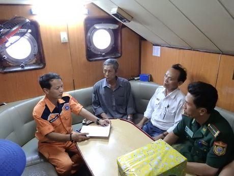Lai dat thanh cong tau ca Quang Ngai bi hong may o Truong Sa - Anh 2