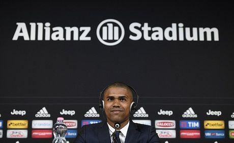 Douglas Costa day uu tu trong buoi tap dau tien tai Juventus - Anh 2