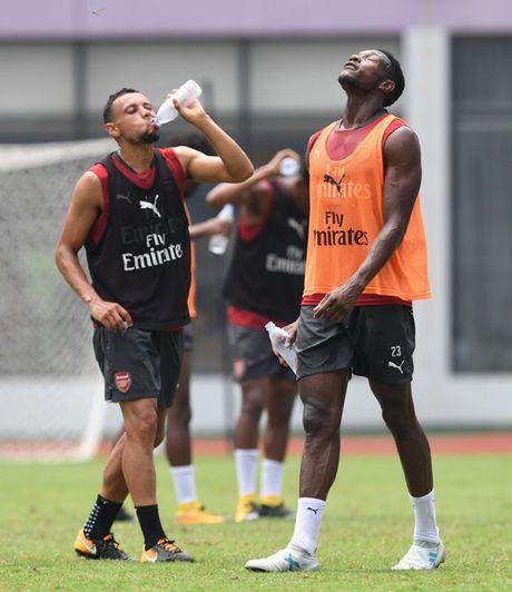 Thuong Hai nong ky luc, sao Arsenal 'tiep nuoc' lien tuc - Anh 2