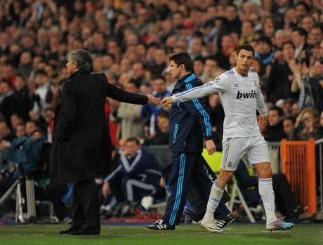 Mourinho giai loi nguyen so 7 MU: Phe bo Ronaldo, lap muu cuom Sanchez - Anh 1