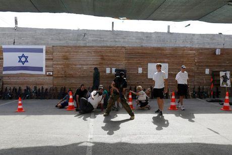 Dot nhap trai huan luyen du khach 'chong khung bo' o Israel - Anh 13