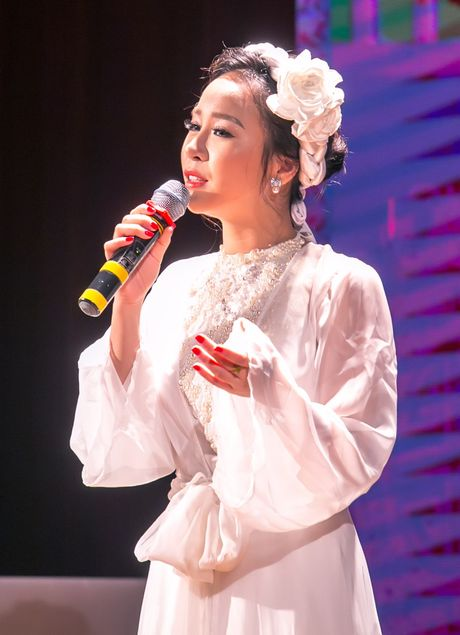 Sao mai Hong Duyen 'pha cach' voi nhac dan gian - Anh 2