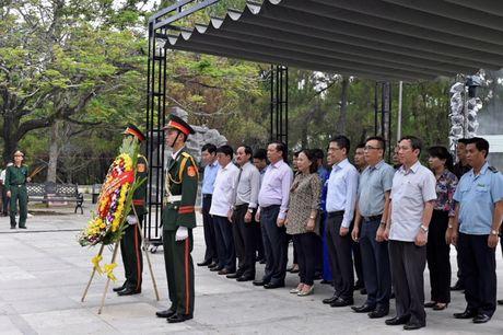 Bo truong Dinh Tien Dung dang huong tri an cac Anh hung Liet si tai Quang Tri - Anh 1