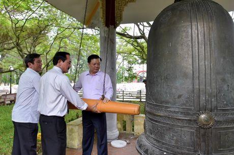 Bo truong Dinh Tien Dung dang huong tri an cac Anh hung Liet si tai Quang Tri - Anh 2