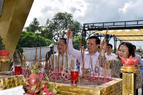 Bo truong Dinh Tien Dung dang huong tri an cac Anh hung Liet si tai Quang Tri - Anh 3