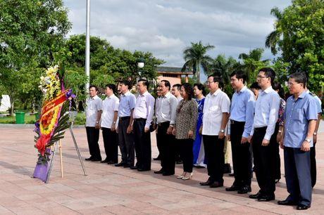 Bo truong Dinh Tien Dung dang huong tri an cac Anh hung Liet si tai Quang Tri - Anh 4