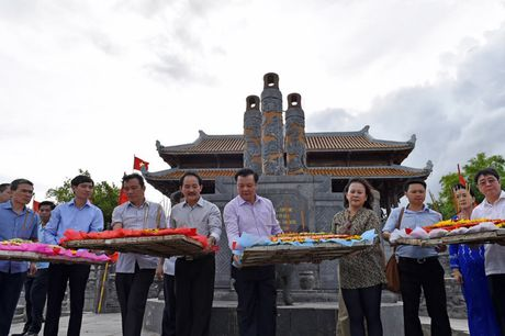 Bo truong Dinh Tien Dung dang huong tri an cac Anh hung Liet si tai Quang Tri - Anh 5