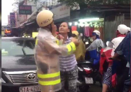 Nguoi phu nu lang ma CSGT thua nhan sai va xin loi - Anh 3