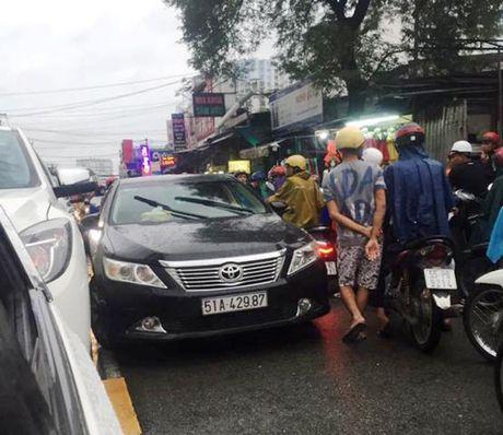 TP.HCM: Mot phu nu chay xe lan lan duong, lon tieng chui boi, thoa ma CSGT - Anh 2