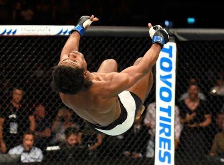 Cu knock-out sieu la tren san dau UFC - Anh 2