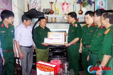 Bo Tu lenh Quan khu 4 tang qua doi tuong chinh sach Ha Tinh - Anh 1