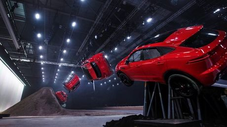 SUV nho xinh Jaguar E-Pace lap ky luc the gioi voi pha lon vong 270 do - Anh 1