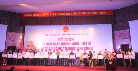 Trao bang To quoc ghi cong toi 498 gia dinh, than nhan liet si - Anh 2