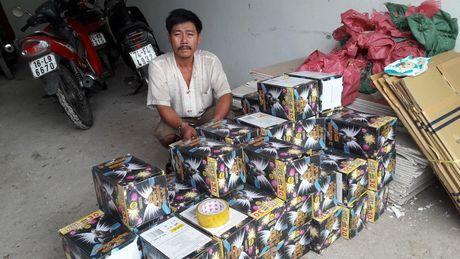 Nhet gan 300kg phao lau duoi thung xe de 'vuot bien' - Anh 1