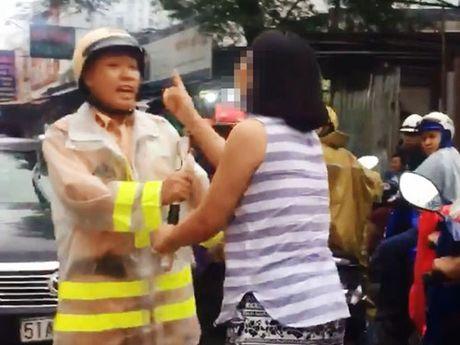 CSGT Hang Xanh: Nguoi phu nu chay xe nguoc chieu chui boi, y nhu trong clip - Anh 2